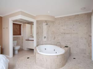 A bathroom at Bellima Beach House', 9 Jackson Close - huge duplex with air con and fabulous views