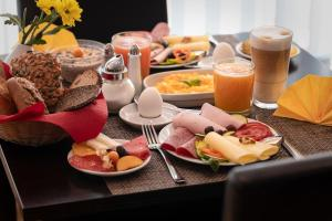 Breakfast options available to guests at Garden Bilk Hafen