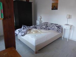 A bed or beds in a room at Studio calme au coeur de Tours
