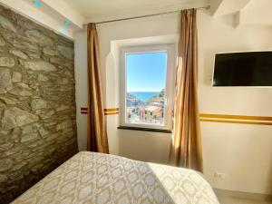 A bed or beds in a room at Giovanni Rooms Manarola
