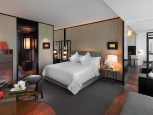 A bed or beds in a room at Mandarin Oriental Hotel Guangzhou