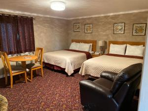 A bed or beds in a room at Cascade Lodge