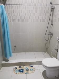 A bathroom at Bwejuu Beach Palm Villa