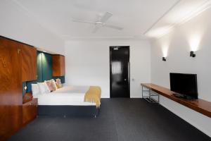Телевизор и/или развлекательный центр в Regents Court Sydney