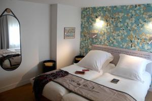 A bed or beds in a room at Best Western Plus Hôtel Litteraire Alexandre Vialatte