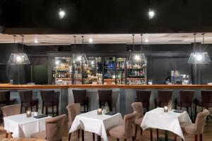 Ein Restaurant oder anderes Speiselokal in der Unterkunft Wyndham Hannover Atrium