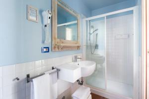 A bathroom at Hotel LaMorosa
