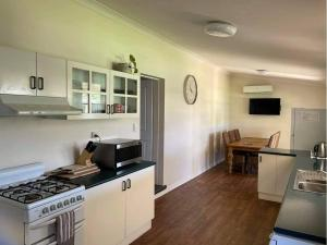 A kitchen or kitchenette at Central Home on Hume