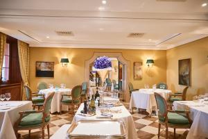Ein Restaurant oder anderes Speiselokal in der Unterkunft Villa Principe Leopoldo