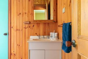 A bathroom at Hunter Hideaway Cottages