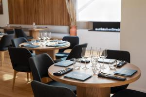 A restaurant or other place to eat at Great Ocean Road Resort