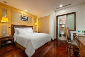 A bed or beds in a room at Hanoi Pearl Hotel