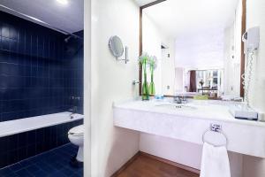 A bathroom at Exe Suites San Marino