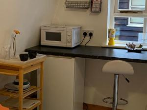 A kitchen or kitchenette at Woodland Lodge