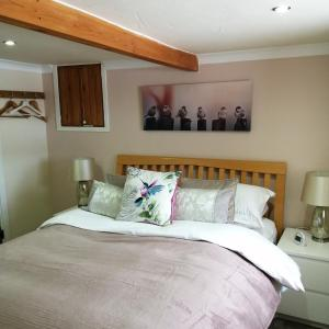 A bed or beds in a room at Buttermere Cottage