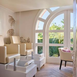 A seating area at The Beverly Hills Hotel - Dorchester Collection