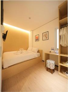 A bed or beds in a room at Cool Living