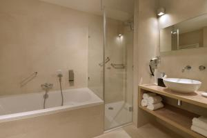 Een badkamer bij Van der Valk Hotel Groningen-Westerbroek