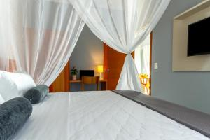 A bed or beds in a room at Calamar Flats Paraty
