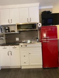 A kitchen or kitchenette at Oreland Motel