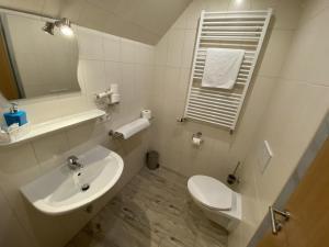 Ein Badezimmer in der Unterkunft Hotel Wilder Mann
