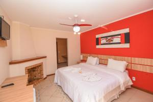 A bed or beds in a room at Tarkna - hotel recanto das aguas