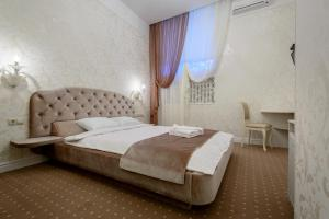 A bed or beds in a room at Silver Horse Boutique Hotel