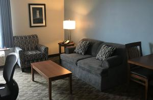 A seating area at Travelodge by Wyndham Sydney