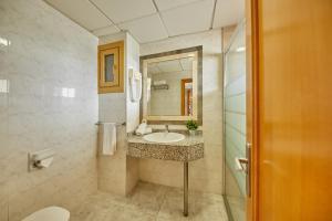 A bathroom at Apartamentos Ben-Hur