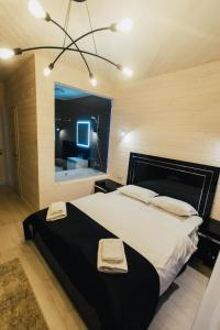 A bed or beds in a room at Oasis Karpat