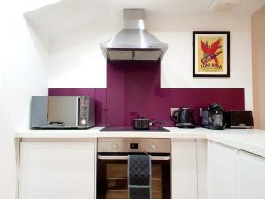 A kitchen or kitchenette at Spacious Apartment Ideal for Groups of Contractors in Newbury with Nearby Parking