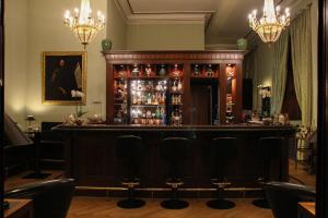 The lounge or bar area at Schlosshotel Hugenpoet