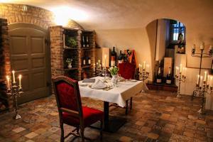 A restaurant or other place to eat at Schlosshotel Hugenpoet