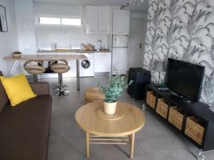 Una televisión o centro de entretenimiento en Apartment Terrace Benalmádena