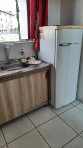 A cozinha ou cozinha compacta de Kitnet