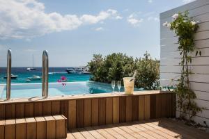 Kolam renang di atau di dekat Mykonos Dove Beachfront Hotel