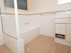 A bathroom at Modern 3 Bedroom Townhouse