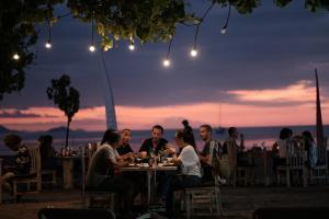 Un restaurante o sitio para comer en Puri Sari Beach Hotel