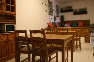 A restaurant or other place to eat at La Palma Hostel by Pension Central