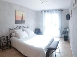 A bed or beds in a room at LE CLOS CASTEL -Chambre d'hôtes - Gîte équipé
