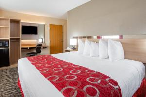 A bed or beds in a room at Microtel Inn & Suites by Wyndham Charleston