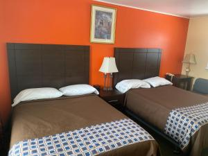 A bed or beds in a room at All Seasons Motel