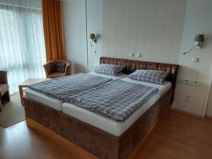 Ein Bett oder Betten in einem Zimmer der Unterkunft Kurpark-Residenz Deidesheim