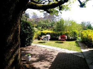 A garden outside Chambres d'hôtes Le Casse Noix