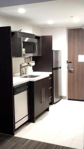 A kitchen or kitchenette at Home2 Suites By Hilton Walpole Foxborough