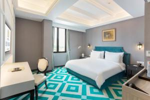 A bed or beds in a room at Hotel Des Indes