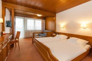 Ein Bett oder Betten in einem Zimmer der Unterkunft Landgasthof Hotel Hirsch