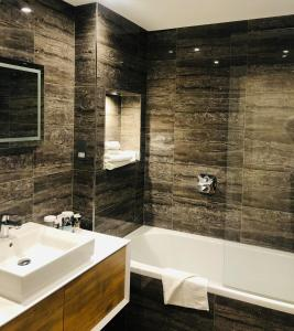 A bathroom at Mercure St. Albans Noke Hotel