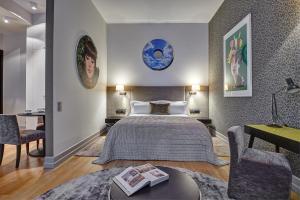 سرير أو أسرّة في غرفة في فندق إتش 15 البوتيكي