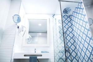 Een badkamer bij Corralejo Surfing Colors Hotel&Apartments